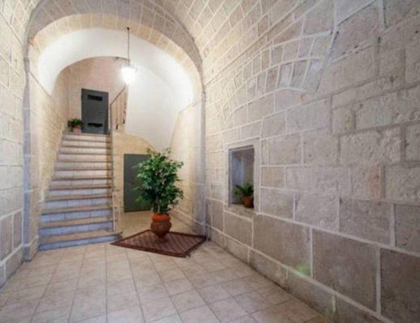 Dettaglio ingresso portone struttura Via Marsala Turenum Apartment Trani